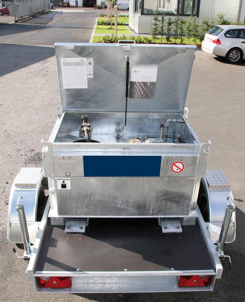 Die Kraftstoff-Container passen maßlich auf Ladeflächen oder Anhänger.