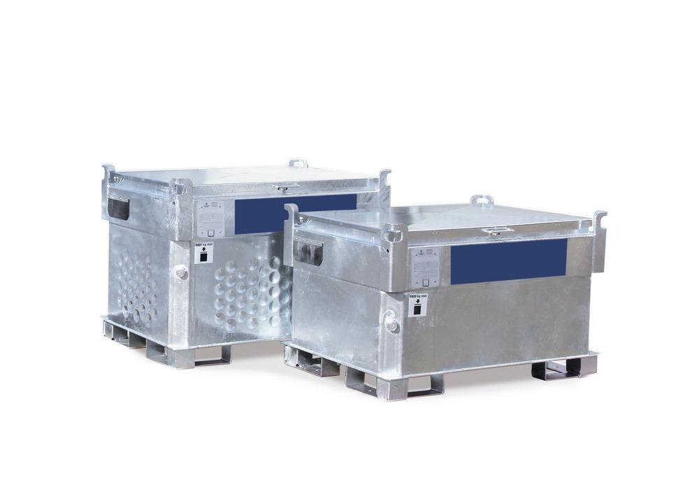 Mobile Diesel-Tankanlagen mit 450 (links) und 330 Liter Volumen (rechts) in besonders kompakter Bauform, 3-fach stapelbar.