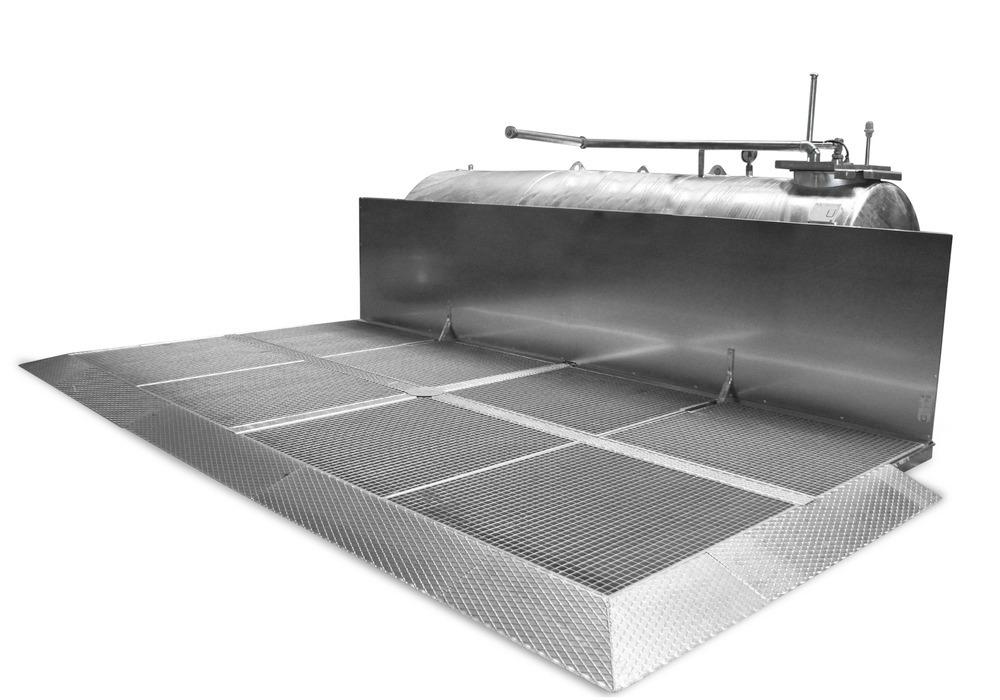 Kraftstoff-Abfüllplatz mit Spritzschutzwand zur Aufstellung im Gebäude.