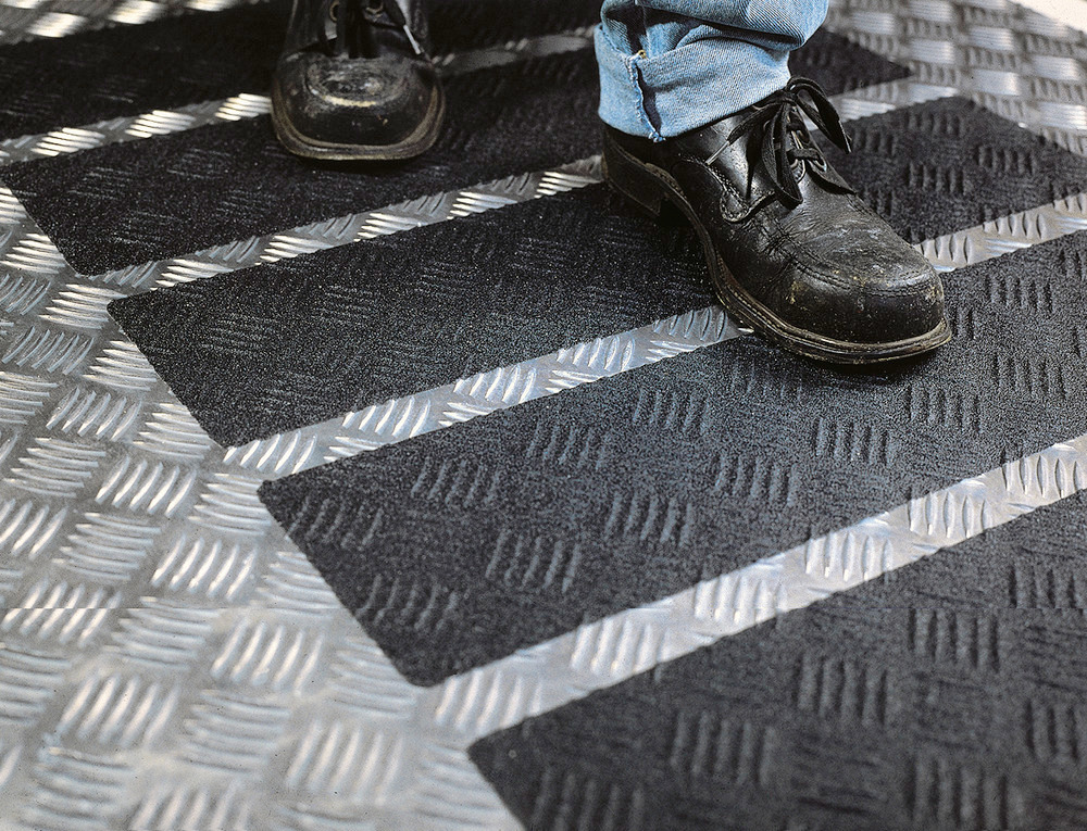 Anwendung: Idealer Antirutsch-Belag für alle unebenen, gekrümmten, abgewinkelten oder profilierten Flächen wie z. B. Riffel- und Tränenbleche, Stahlleitern und -treppen, Standflächen und Aufgänge an Maschinen und Fahrzeugen etc.