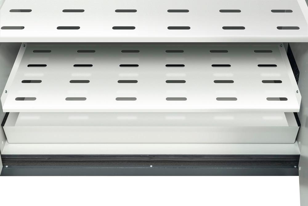 Die gelochten Fachböden in Kombination mit der Stahl-Bodenwanne beugen eventuell auftretenden Flüssigkeitsverlust vor