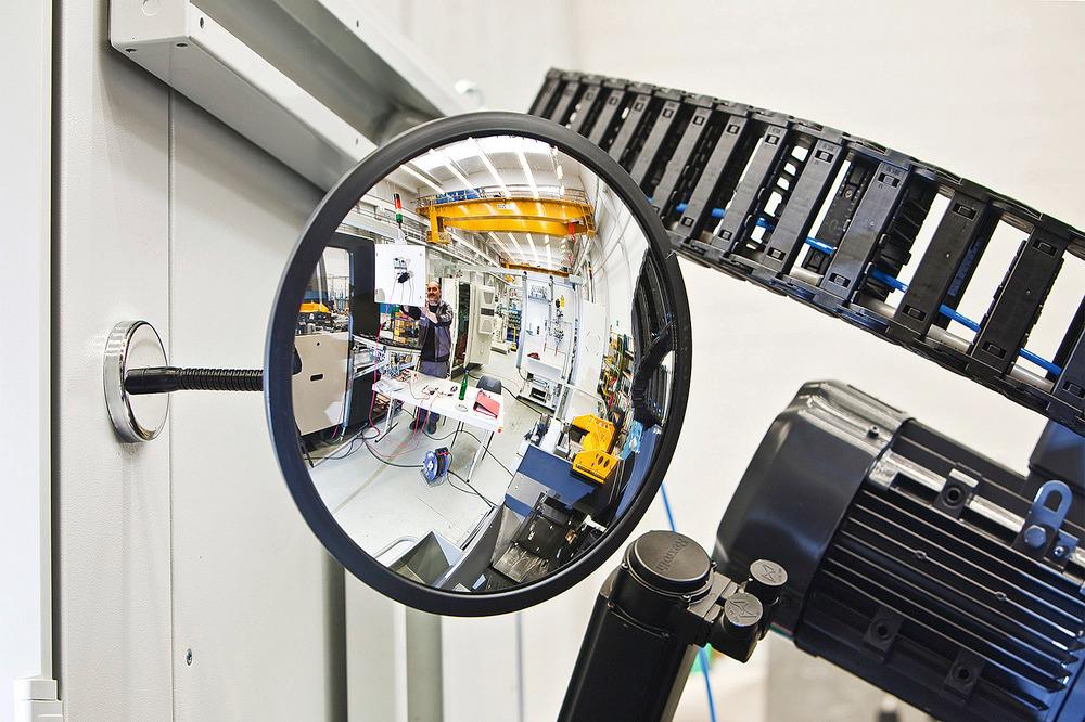 Spiegelgehäuse aus ABS-Kunststoff. Somit innen und im windgeschützten Außenbereich einsetzbar.