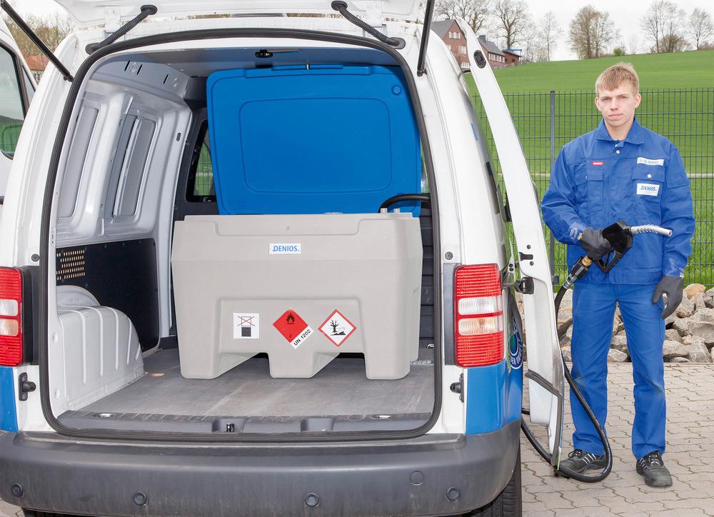 Die mobile Diesel-Tankanlage PolyMove mit 250 Liter Volumen passt auch mit geöffnetem Deckel in einen Kleintransporter. Die Schlauchlänge reicht, um komfortabel aus der Seiten- oder der Hecktür tanken zu können.