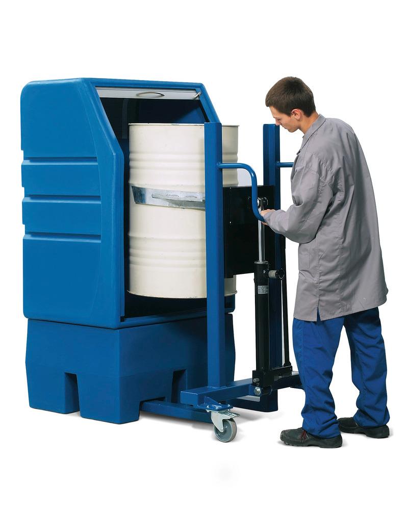 PolySafe-Depot Typ PSR 8.8 mit Jalousie und Gitterrost zur direkten Lagerung von einem Fass à 200 Liter.