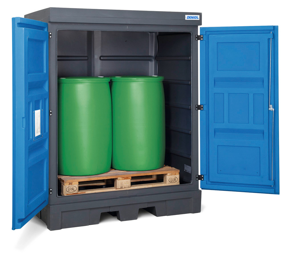PolySafe-Depot Typ D mit Türen, zum Einstellen von bis zu 2 Fässern à 200 Liter auf einer Europalette. Zum direkten Einstellen einzelner Fässer und Kleingebinde ist zusätzlich ein PE-Gitterrost erforderlich.