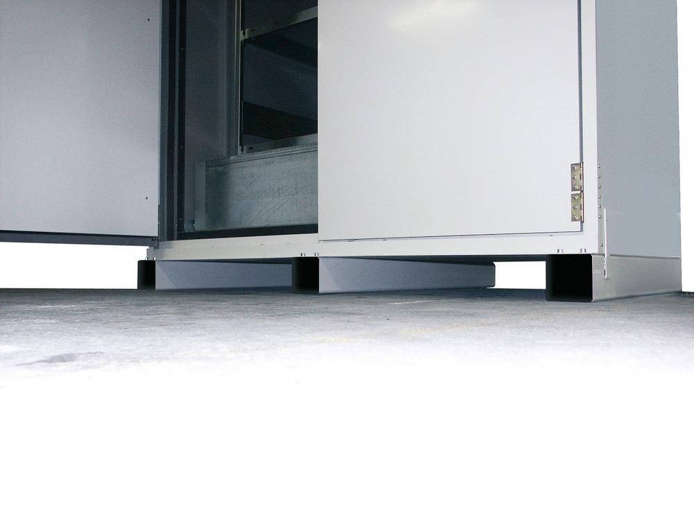 Die Fass-Schränke können mit einem unterfahrbaren Sockel (Einfahrhöhe 100 mm) ausgestattet werden. Leichter und sicherer innerbetrieblicher Transport der Schränke.