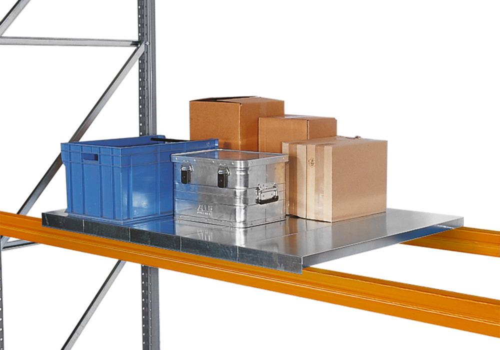 Verzinkte Fachböden, die ein direktes Einlagern von einzelnen Packstücken o. ä. ermöglichen.