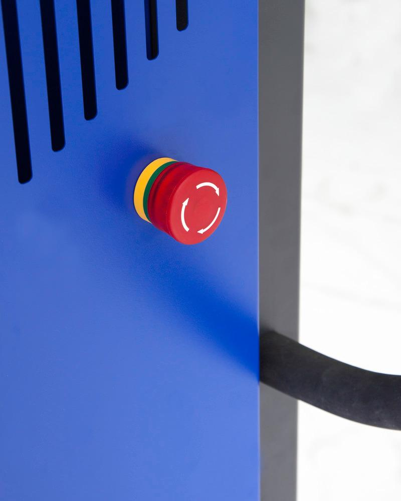Schnell erreichbar: Die zentral positionierte Notstop-Taste sorgt für sofortiges Abschalten im Ernstfall. Auch eine manuelle Notabsenkung ist unkompliziert möglich.